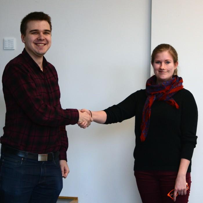 Fyysikkokillan puheenjohtaja Hannu Pantsar ja TEKin opiskelijakenttäasiamies Essi Puustinen iloisina yhteistyöhön palaamisen johdosta.